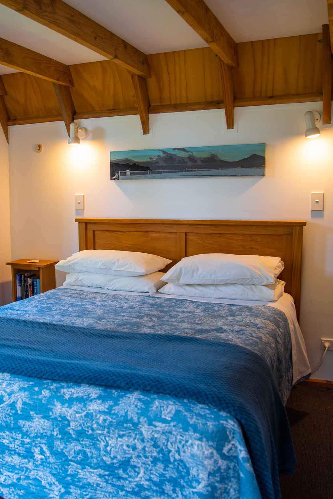 Queen sized bed in Fantail Lodge accommodation in Dunedin